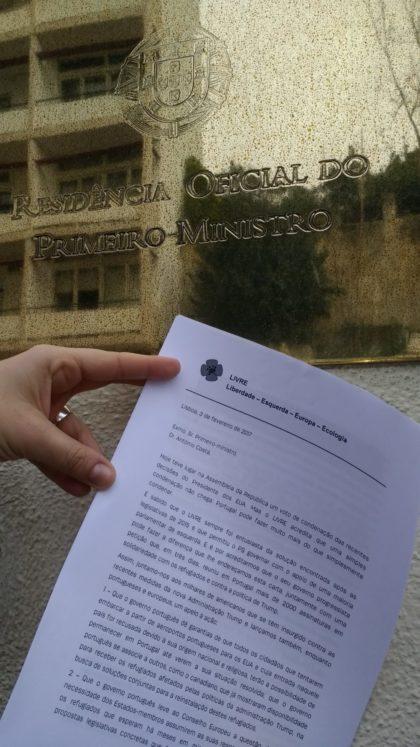 LIVRE entrega a António Costa petição a favor dos refugiados que em 3 dias recolheu mais de 2.200 assinaturas